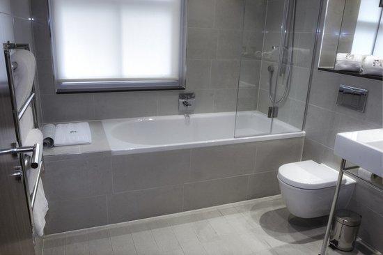 Morton Hotel: Omega Suite bathroom