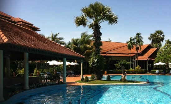 Angkor Palace Resort & Spa: pool bar
