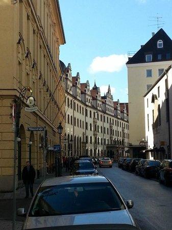 Platzl Hotel: Street in front of hotel