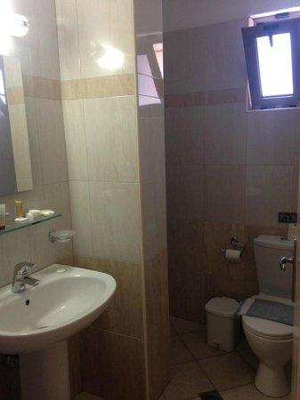 Blue Sky Hotel Apartments: Ванная комната