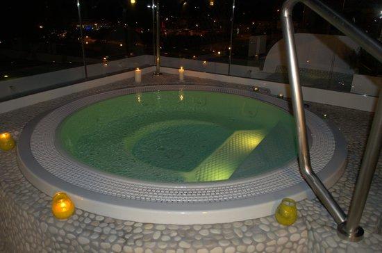Hotel Ambrosiana: Un bagno nella vasca con idromassaggio di notte sarà un'esperienza unica