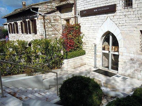 Nun Assisi Relais & Spa Museum: Главный вход совсем неброский, что удивительно для заведения такого высокого уровня