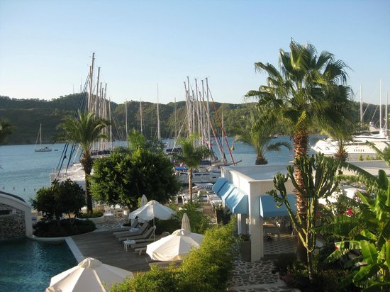 Yacht Classic Hotel: View from room across marina