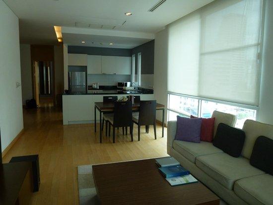 Shama Sukhumvit Bangkok: Living room looking toward kitchen