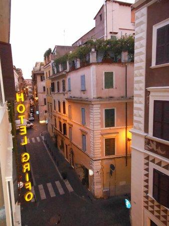 Hotel Grifo: Вид из окна - ориентир отеля - желтые буквы :)