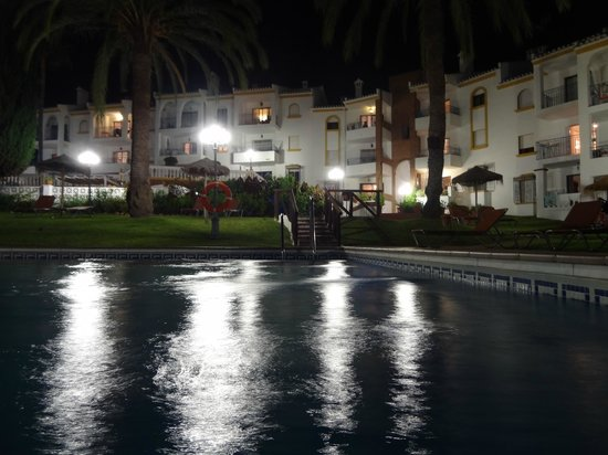 Club La Riviera Crown Resort: Pool view at night