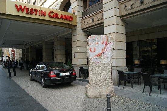 The Westin Grand Berlin: Вход в отель