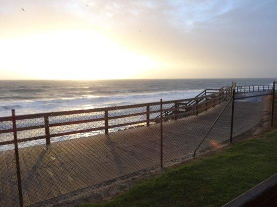Adelaide Shores Caravan Park: Stormy seas