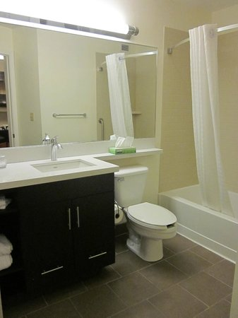 Candlewood Suites Boston-Burlington: Bathroom: spacious and accessible