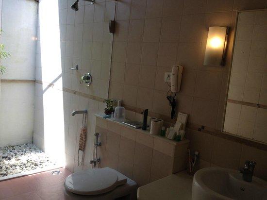 Abad Turtle Beach: bath room & shower @ the room