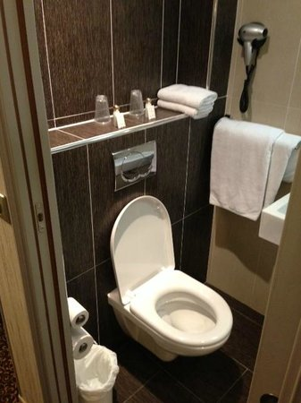 Hotel Victor Masse: Bathroom has defenitly improved!