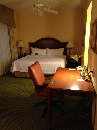 Homewood Suites Valley Forge : bed and writing desk