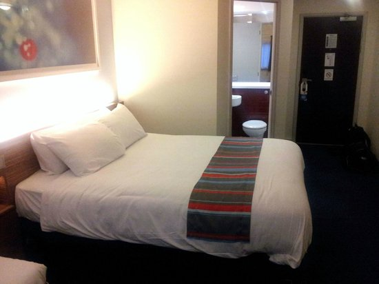Travelodge Lytham St Annes: Bright modern bedroom