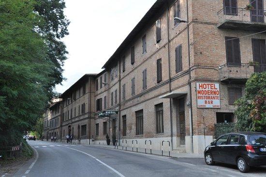 موديرنو: façade de l'hotel sur la rue passante le jardin  est sur le coté !