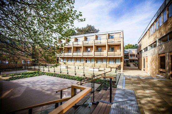 College Court Hotel: Courtyard Area