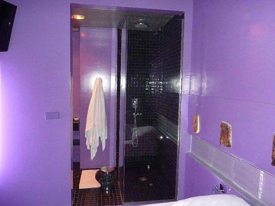 Cosy Rooms Embajador: Bagno senza porta con doccia a vista, VERGOGNATEVI