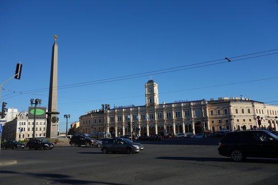 Hotel Oktyabrskaya : Plaza Vosstaniya con Obelisco de esquina