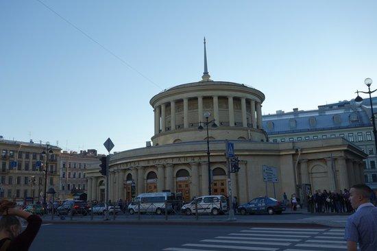 Oktyabrskaya Inn: Estación de METRO VOSSTANIYA de la esquina