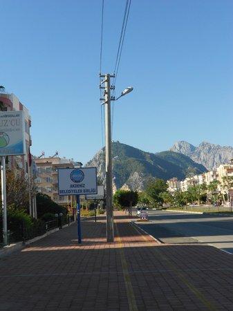 Santa Marina Hotel: Рядом с остановкой автобуса KL08