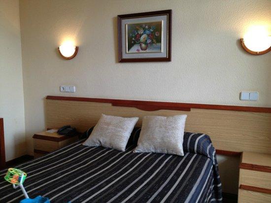 Hotel Mediodia: Кровать