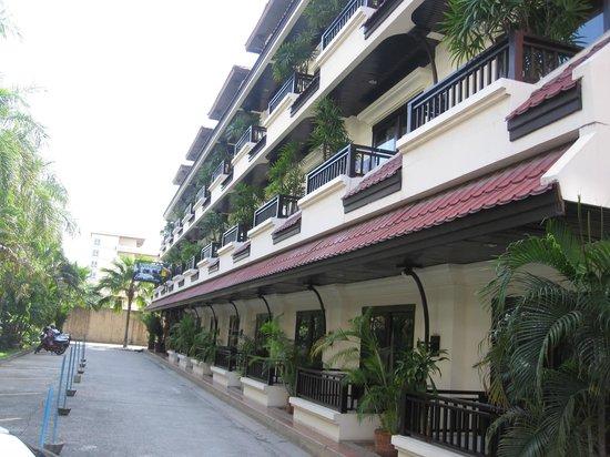Nirvana Boutique Suites : Hotel front