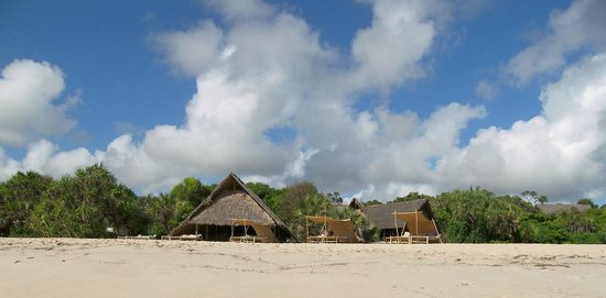 Ras Kutani: thatched cottages right on the beach