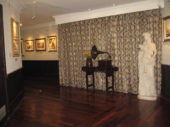 Days Hotel & Suites Xinxing Xi'an : Gangene udsmykket med billeder og skulpturer.