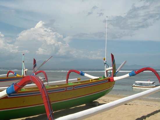 Besakih Beach Hotel: Boats out front of hotel