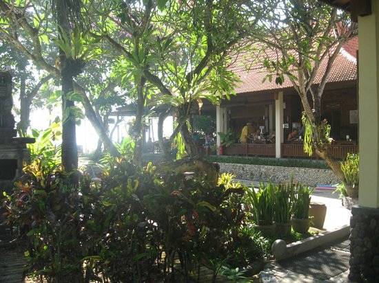 Besakih Beach Hotel: View from pool towards restaurant