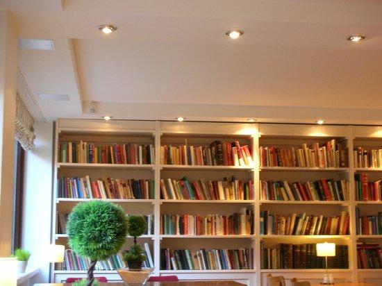 BEST WESTERN PLUS Hotel Haaga : Salle-bibliothèque pour le petit-déjeuner