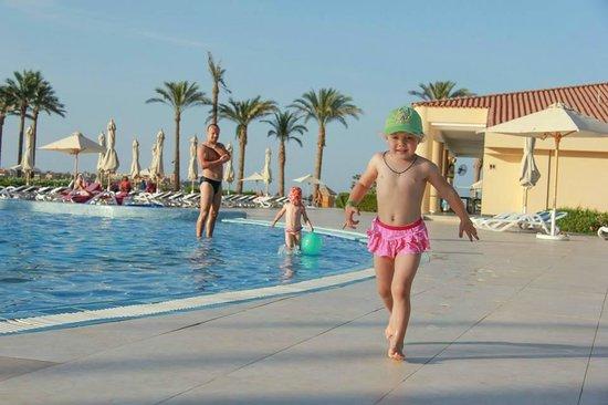 Cleopatra Luxury Resort Makadi Bay: By the pool