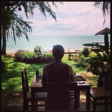 Bamboo Cottages & Restaurant: meal time view