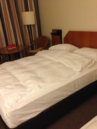 Leonardo Hotel Aachen: big uncomfortable bed in old room with dirty bathroom
