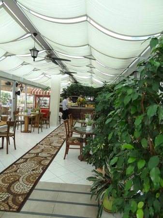 Hotel Niles Istanbul : Breakfast serving at rooftop terrace