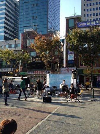 Hongik University Street: performers at hangdae