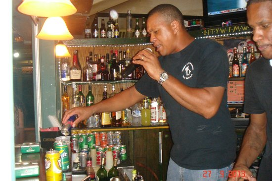 Topper's By The Sea: Боб Марли, официант и бармен в одном флаконе!!!