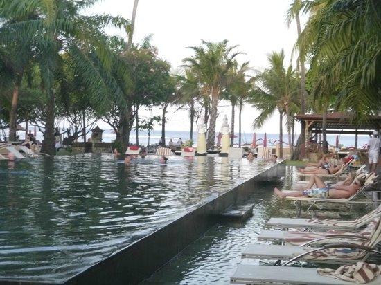 Segara Village Hotel: LA PISCINE DONNANT SUR LA MER