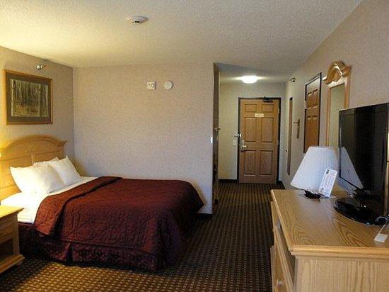 Comfort Inn & Suites Custer: Room 305 as seen from window to door