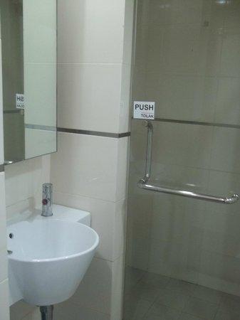 Tune Hotel Waterfront Kuching: Bath