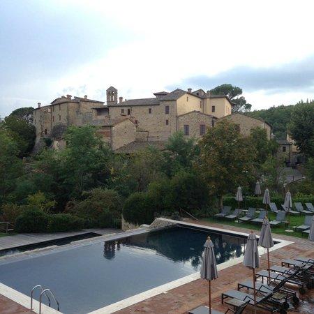 Castel Monastero: The pool and Hotel