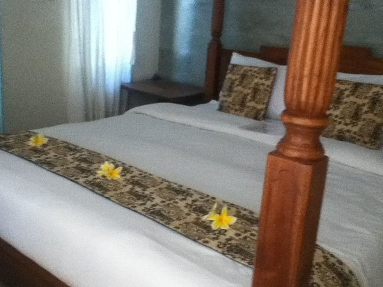 Sunhouse Guest House: Fresh Frangipani flowers on our bed in the Lotus room