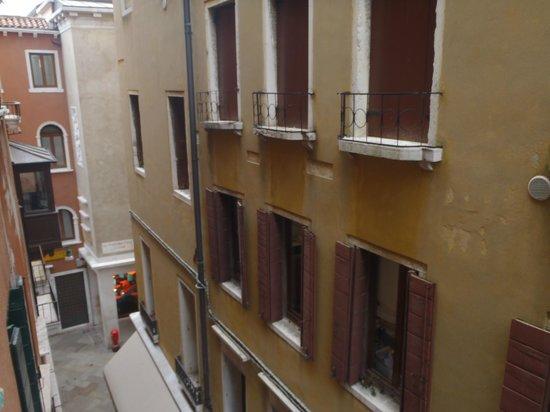 Casanova Hotel: las calles son super angostas, asi que no te esperes una gran vista!