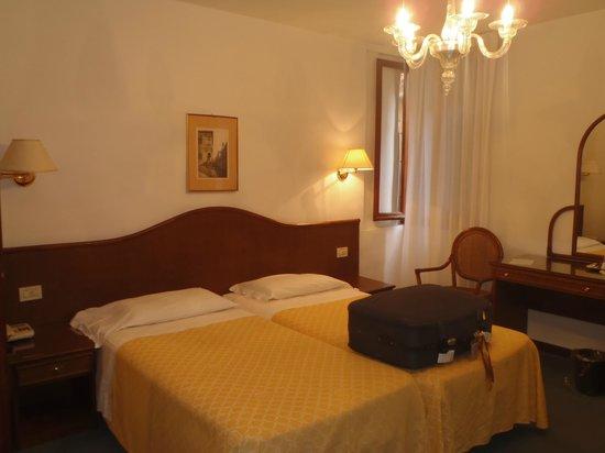 Casanova Hotel: habitacion amplia que daba a la calle