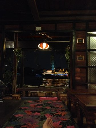 Loy La Long Hotel: At night you can hang out in the common area and watch the party boats disco by
