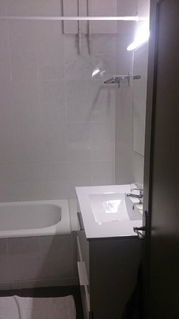 Hotel Paseo De Gracia : Old, but clean enough although quite bare; you get 2 bars of hand soap and roll of toilet paper.