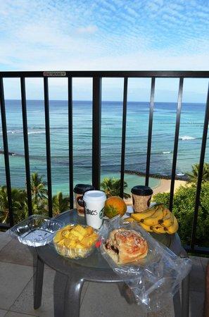 Aston Waikiki Beachside Hotel: Breakfast on the lanai
