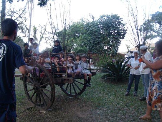 Hotel Fazenda Villa-Forte: Crianças passeando no carro de boi