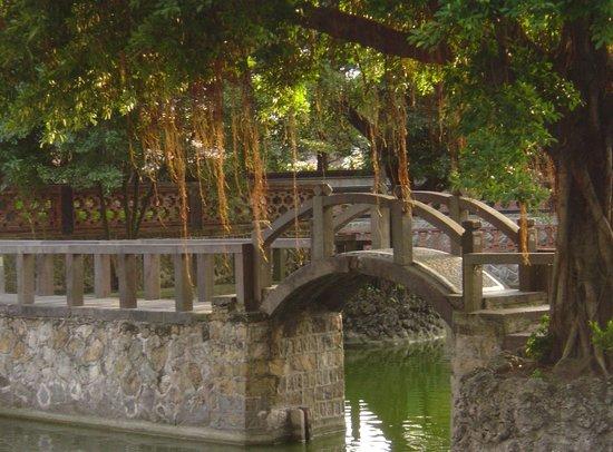 Zhishan Garden: Bridge