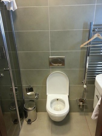 Tunel Residence: Small washroom