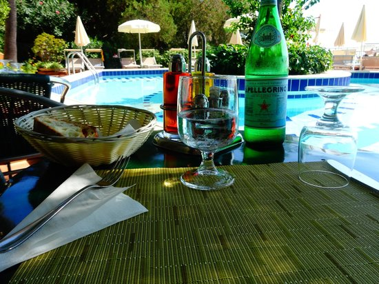 Hotel Villa Belvedere: Lunch by the pool